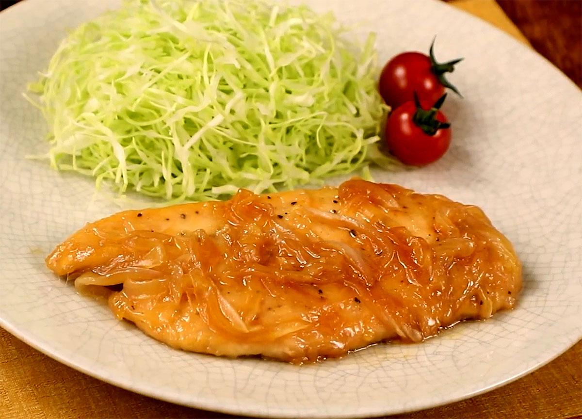 ⦅動画⦆赤鶏むね肉と新玉ねぎの生姜焼き